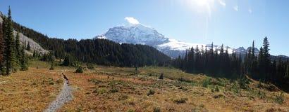 Underland som fotvandrar slingan som seglar runt Mount Rainier nära Seattle, USA arkivfoton
