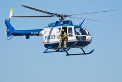 UNDERMINERAR den Bo 105 helikoptern och prickskytten från sida Arkivfoton