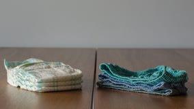 Underpanties de nouvelles couches-culottes et d'enfants propres sur une table en bois photo libre de droits