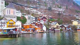 Undersök Hallstatt från Hallstattersee sjön, Österrike arkivfilmer