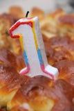 Undersöka ` en års` på kakan av födelsedagpojken Royaltyfri Foto