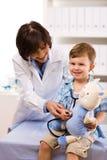 undersöka för barndoktor Royaltyfria Bilder