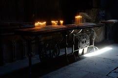 Undersöka ljus i en kyrka, den Geghard kloster, Armenien Royaltyfria Bilder