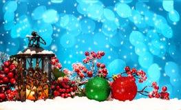 Undersöka lyktan och julbollar royaltyfri foto