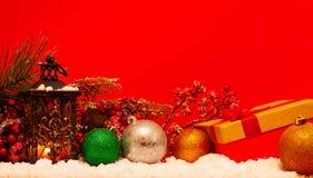 Undersöka lyktan och julbollar royaltyfria foton