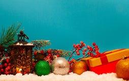Undersöka lyktan och julbollar royaltyfri fotografi