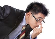 undersöka mycket noggrant för affärsman som är skeptical Arkivbild