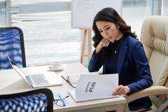 Undersökande affärsplan för affärskvinna arkivfoto