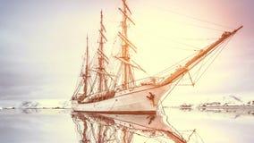 Undersökande Antarktis: stor gammal klassisk träyacht lager videofilmer