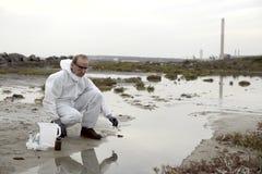 undersökande arbetare för skyddande dräkt för förorening Royaltyfri Fotografi