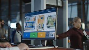Undersökande bagage för anställd till och med röntgenstråle royaltyfria bilder