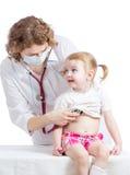 Undersökande barn för doktor som isoleras på vit arkivfoton