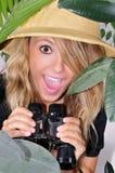 undersökande djungelkvinna Arkivfoto