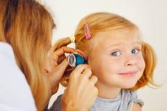 Undersökande flicka för pediatrisk doktor Royaltyfri Fotografi