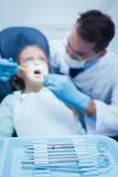 Undersökande flickatänder för manlig tandläkare Arkivfoto