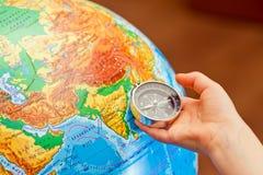 Undersökande geografi för liten flicka arkivbild