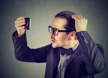 Undersökande hårhälsa för formell man fotografering för bildbyråer