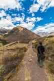 Undersökande Inca Trails och terrasser av Pisac, Peru arkivfoto
