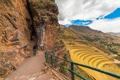 Undersökande Inca Trails och terrasser av Pisac, Peru royaltyfri fotografi