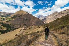 Undersökande Inca Trails och terrasser av Pisac, Peru Royaltyfri Bild
