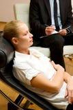 undersökande kvinnligtålmodigpsykiater Royaltyfri Bild