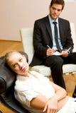 undersökande kvinnligtålmodigpsykiater Arkivfoton