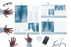 Undersökande patients för medicinskt lag sjukdomshistorier på glidbanor Royaltyfria Bilder
