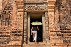 Undersökande Prasat Kravan i Cambodja Arkivfoton