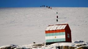 Undersökande snöig Wiencke ö i Antarktis Arkivbilder