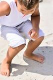Undersökande strand för pojke Royaltyfri Bild