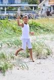 Undersökande strand för pojke Fotografering för Bildbyråer