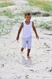 Undersökande strand för pojke Arkivbilder