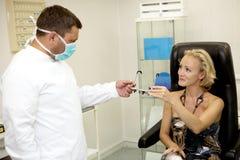 undersökande tålmodig för doktor arkivbild