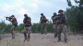 Undersökande territorium för militär soldat arkivfilmer