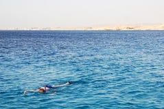 undersökande undervattens- barn för livstidsman Royaltyfri Bild