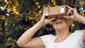 Undersökande virtuell verklighet i exponeringsglas för papp VR arkivbild