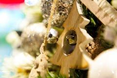 Undersöker boxas hänga för leksaker för julgranträd gammalt träpå filialbränning, bollar, sörjer kottar, valnötter, Branchesin Arkivfoton