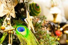 Undersöker boxas hänga för leksaker för julgranträd gammalt träpå filialbränning, bollar, sörjer kottar, valnötter, Branchesin Royaltyfria Bilder