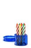 undersöker den blåa asken för födelsedagen runt arkivfoton