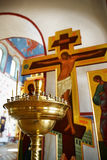undersöker den guld- hållaren jesus för koret Arkivfoton