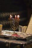 undersöker den hanukkah menoran Arkivbilder