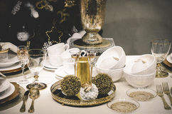 undersöker inpackning för julgarneringtabell Royaltyfria Bilder