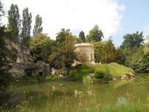 Undersökning av de förbluffa trädgårdarna av Versailles, Paris royaltyfri bild
