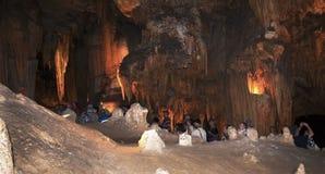 Undersökning av Luray Caverns i Virginia USA Arkivbild