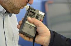 Undersökning av nykterhet av en polis Fotografering för Bildbyråer