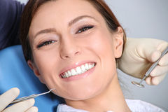 Undersökning av tänderna i kontoret av tandläkaren Arkivbild
