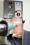 undersökningsöga som har den äldre mannen Royaltyfri Fotografi