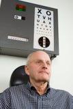 undersökningsöga som har den äldre mannen Arkivbilder