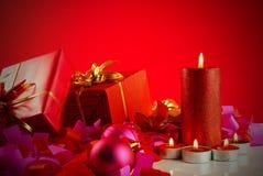 undersöker julgåvor fotografering för bildbyråer