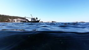 Undersea sikt med fartyg- och blåtthavet lager videofilmer